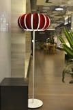 Lámpara de pie roja en ventana de la tienda Fotografía de archivo libre de regalías