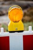 Lámpara de señal amarilla en emplazamiento de la obra Fotos de archivo