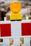 Lámpara de señal amarilla en emplazamiento de la obra Fotos de archivo libres de regalías