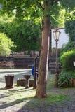 Lámpara del árbol y bomba de agua vieja en Cochem Alemania foto de archivo