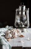 Lámpara del ajo y de aceite en un fondo de madera brillante visiones rurales Imágenes de archivo libres de regalías