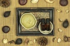 Lámpara del aroma con aceite esencial y popurrí en fondo de bambú de madera de la estera fotos de archivo libres de regalías