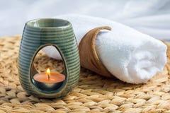 Lámpara del aroma con el aceite esencial del pomelo, fondo del balneario, horizontal Foto de archivo