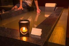 Lámpara del aroma con la vela ardiente en cuarto de baño Fotografía de archivo libre de regalías
