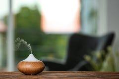 Lámpara del difusor del aceite del aroma en la tabla foto de archivo libre de regalías