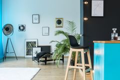 Lámpara del diseñador en estudio espacioso foto de archivo libre de regalías
