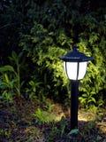 Lámpara del jardín en noche imagenes de archivo