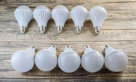 Lámpara del LED en un fondo de madera, Fotografía de archivo
