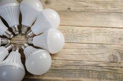 Lámpara del LED en un fondo de madera, Fotos de archivo libres de regalías
