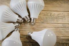 Lámpara del LED en un fondo de madera, Foto de archivo libre de regalías