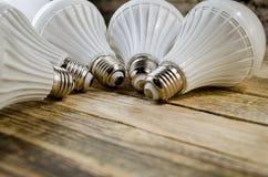 Lámpara del LED en un fondo de madera, Foto de archivo