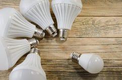 Lámpara del LED en un fondo de madera, Imágenes de archivo libres de regalías
