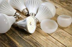 Lámpara del LED en un fondo de madera, Fotos de archivo