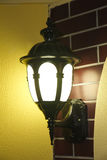 Lámpara del metal de la pared de la calle del vintage en ciudad Imagen de archivo