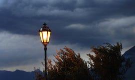 Lámpara del vintage de la calle contra el cielo tempestuoso Fotografía de archivo libre de regalías