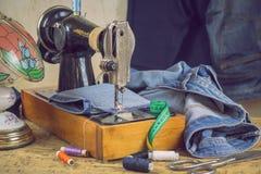 Lámpara del vintage y máquina de coser con dril de algodón Imagen de archivo