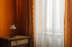 Lámpara delante de la ventana en el cuarto Imagen de archivo