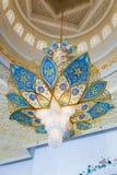 Lámpara dentro de Sheikh Zayed Grand Mosque Fotos de archivo