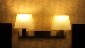 Lámpara dual de la cama en centro turístico fotos de archivo libres de regalías