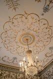 Lámpara e ilustraciones imponentes en techos del museo de Dublin Writer, noviembre de 2014 Fotografía de archivo libre de regalías