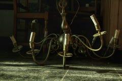 Lámpara en el castillo fantasmagórico abandonado que había sido caído en la tierra foto de archivo libre de regalías