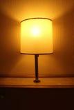 Lámpara en el cuarto de la cama Imagenes de archivo