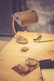 Lámpara en el escritorio del arqueólogo Imagen de archivo libre de regalías