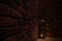 Lámpara en el punto en la pared de ladrillo oscura y vieja Imágenes de archivo libres de regalías