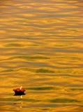 Lámpara en el río Ganga Imagen de archivo libre de regalías