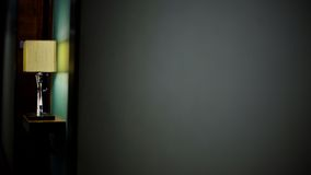 Lámpara en fondo gris de la pared Imagenes de archivo