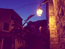 Lámpara en la casa de piedra en Croacia Imagen de archivo libre de regalías