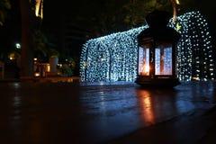 Lámpara en la oscuridad puesta la tabla Fotografía de archivo libre de regalías