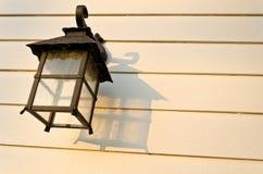 Lámpara en la pared del tablón (día) Fotografía de archivo libre de regalías