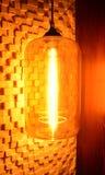 Lámpara en la pared en la casa Atmósfera romántica Equipo de iluminación para la casa en colores oscuros Foto de archivo