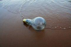 Lámpara en la playa imagenes de archivo