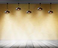 Lámpara en sitio vacío con la pared y el fondo de madera del interior del piso Fotos de archivo