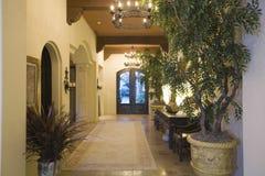 Lámpara en vestíbulo de la entrada en casa Fotos de archivo libres de regalías