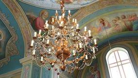 Lámpara exquisita en el medio de la iglesia metrajes