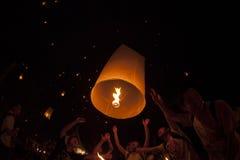 Lámpara flotante de la gente tailandesa Foto de archivo libre de regalías
