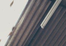 lámpara fluorescente y teja de tejado clara Foto de archivo