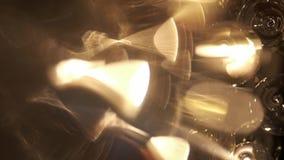 Lámpara grande costosa del vidrio en un restaurante o una sala de conciertos Iluminación de la lámpara en Pasillo, Bokeh, resplan metrajes