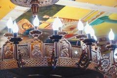 Lámpara hermosa en la iglesia ortodoxa fotografía de archivo libre de regalías