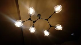 Lámpara hermosa en un restaurante foto de archivo libre de regalías
