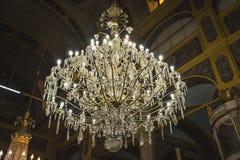 Lámpara hermosa masiva grande en iglesia antigua vieja en Burgas, Bulgaria Fotografía de archivo