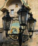 Lámpara histórica y reloj astronómico Foto de archivo