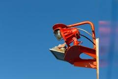 Lámpara impermeable del rojo en un fondo del cielo azul Foto de archivo libre de regalías