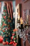 Lámpara incandescente en el primero plano Fondo abstracto de la Navidad con las luces Defocused Fotos de archivo