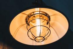 Lámpara industrial retra del tungsteno de la ejecución del estilo del desván Fotos de archivo