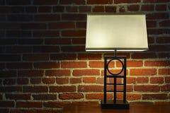 Lámpara interior y pared de ladrillo roja Foto de archivo libre de regalías