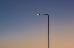 Lámpara ligera del camino en puesta del sol fotos de archivo libres de regalías